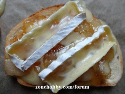 Горячий буреброд с яблоком и сыром